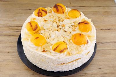 Aprikosensahne Torte
