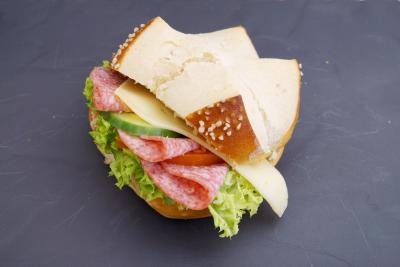 Käse-Salamibrötchen